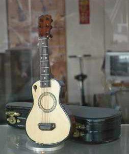 飾用小吉他-01